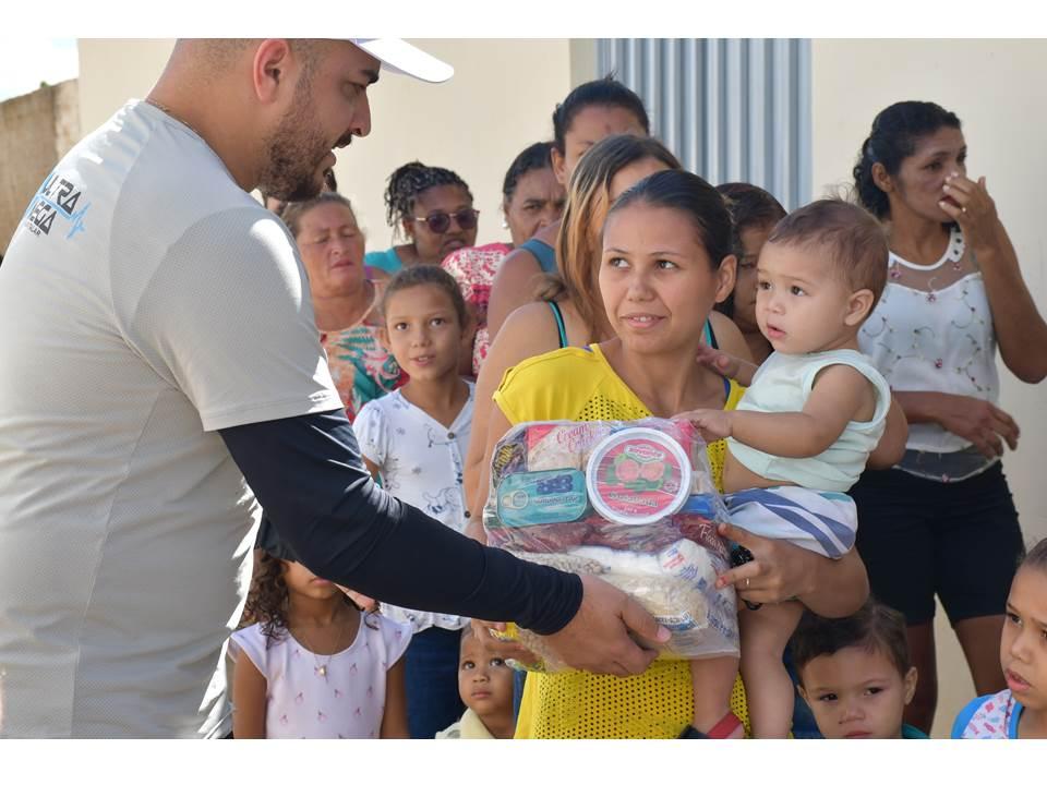 Entrega de cestas básicas as famílias carentes de Sertânia e Custódia